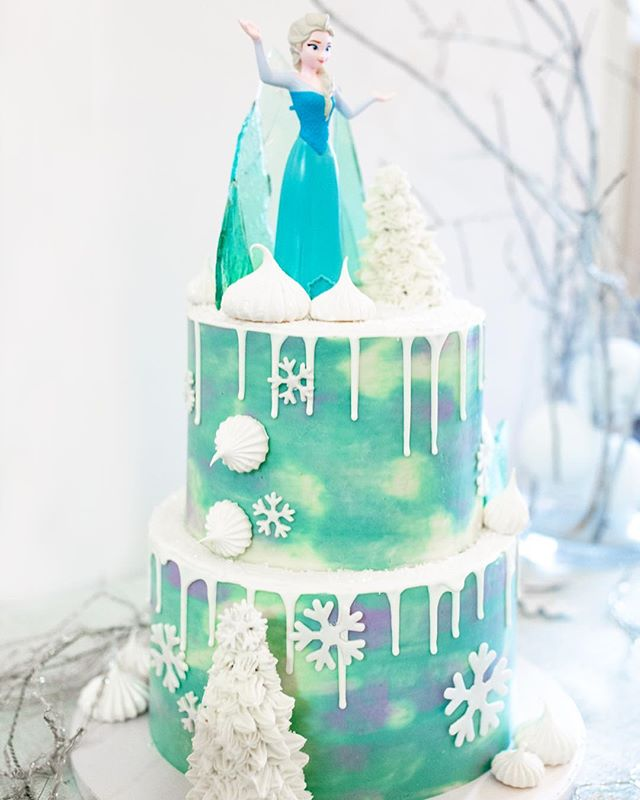 """Do you wanna build a snowman?"" ❄️ I've loved Frozen every since it came out, but I finally got to make a Frozen-themed cake for my niece's 2nd birthday! It gave me a chance to play around with ""ice"" sugar shards, meringues & ganache drips.. it's so much fun when I get to experiment with new techniques & they actually work out! 📷: @jasonandlaurie"
