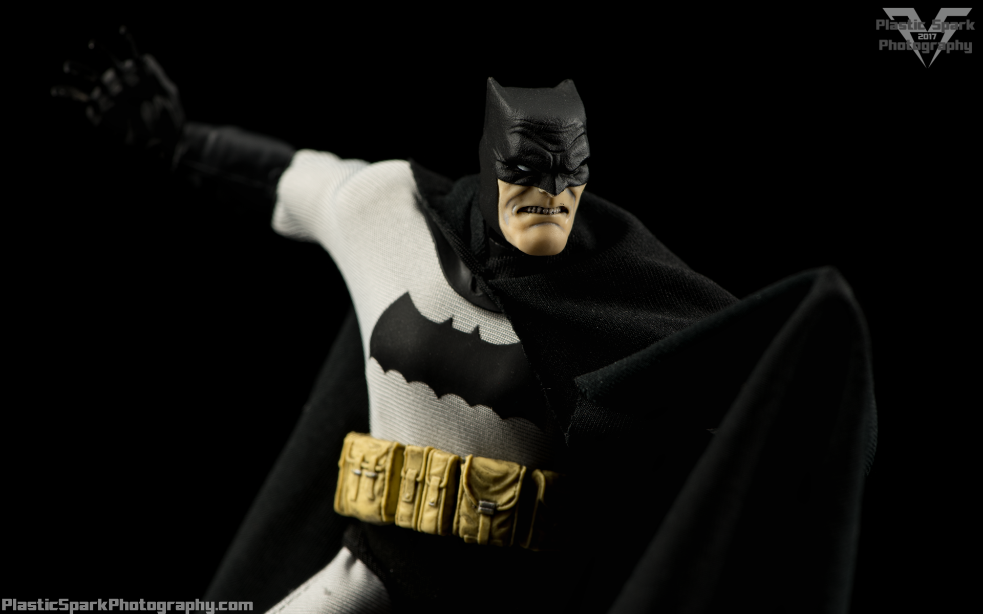 Mezco-One-12-Collective---Batman-(5-of-21).png
