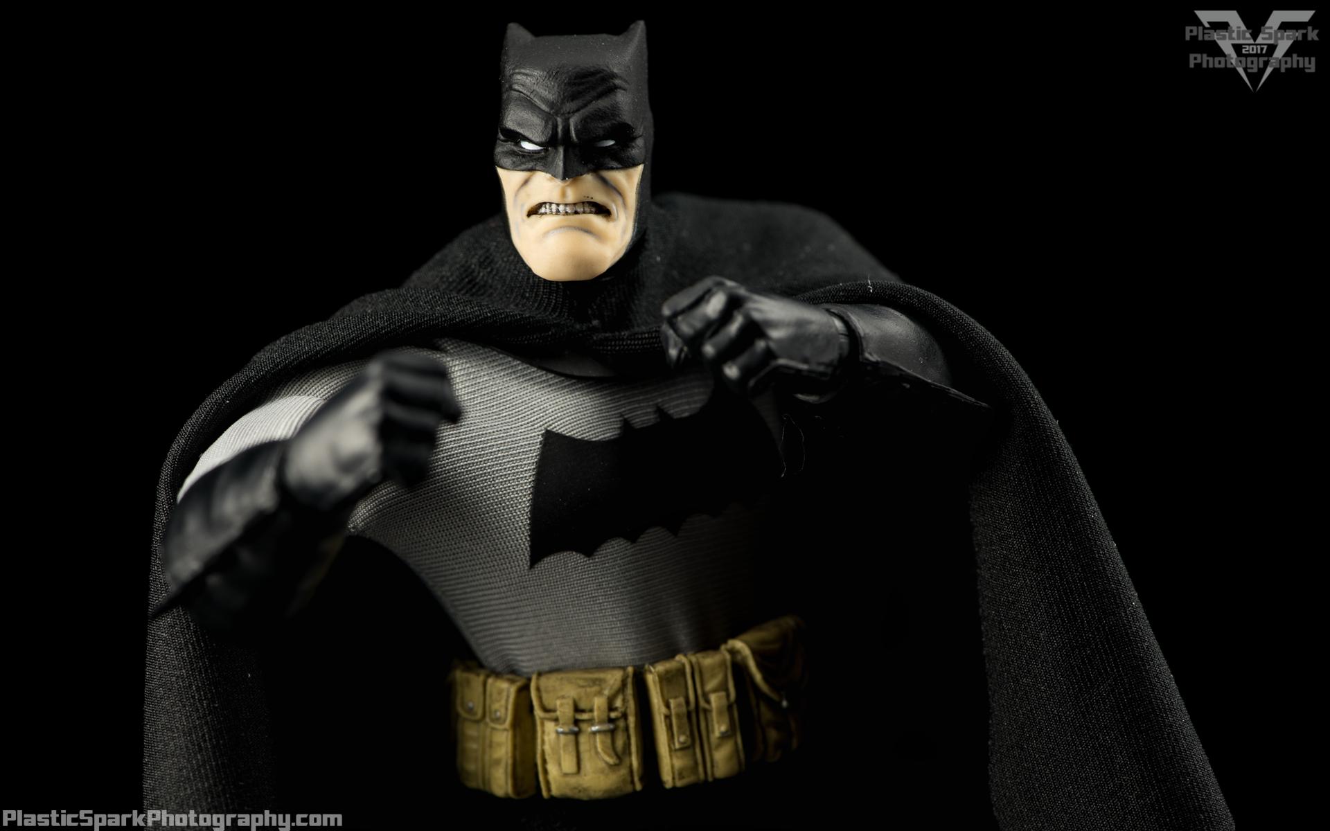 Mezco-One-12-Collective---Batman-(11-of-21).png