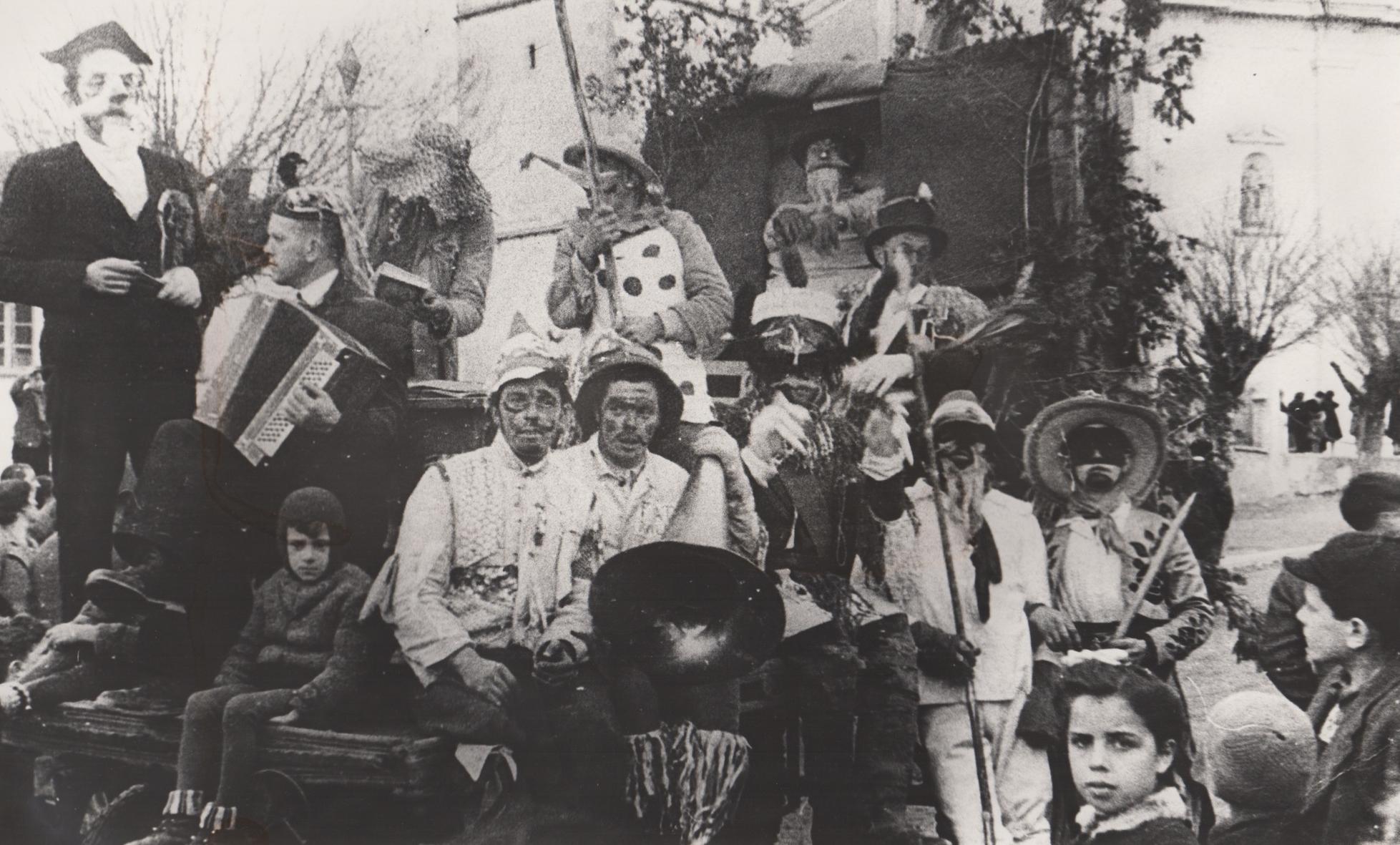 Maschggra am Kirchplatz in Salurn 1947 Carnevale in Piazza della Chiesa a Salorno 1947