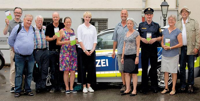 BASTA-Mitglieder und Polizei bewerben das Polizeiprojekt.