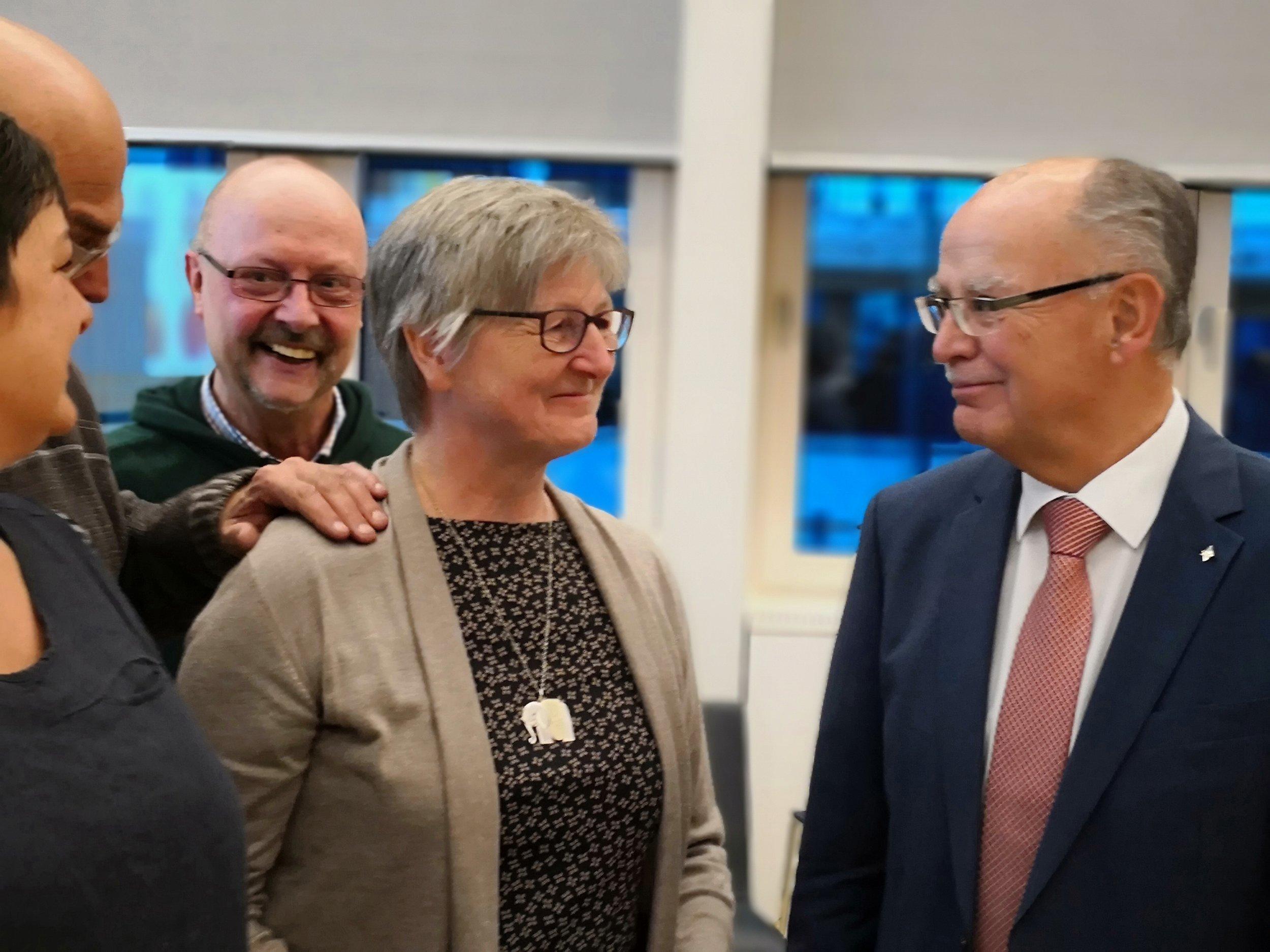 Ein schöner Moment: Elfriede Scheuring und BASTA-Vertreter Betsy Uphus, Horst Naiser und Wulf-Peter Hansen unterhalten sich mit dem Bezirkstagspräsidenten Josef Mederer.  Foto: Andreas Becker