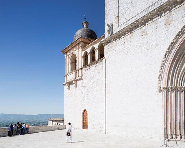Assisi, 2015. . . . . . . . . #assisi #church #italy #pellicolamag #framepressmag #pupilsphere #everydayitaly #thisaintartschool #broadmag #ourmag #somewheremagazine #rentalmag #noicemag #prhoom #prhoomagazine #paperjournalmag