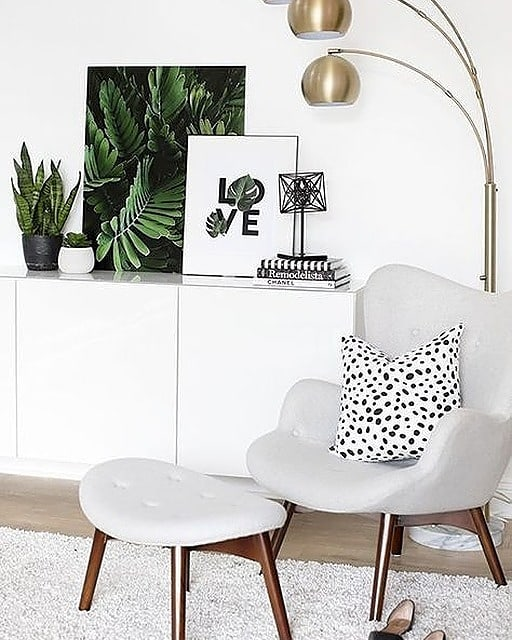 Everyone needs the perfect reading nook. I just love when a designer can create something so simple and yet so powerful. . . . . #trimspaces #interiordecor #interiores #interiorstyling #interiorstyle #actualinstagramhomes #housebeautiful  #myinteriorstyletoday #interior_and_living #instahome #instadesign #homestyling #instainterior #interiorforinspo #myhouse  #interiorinspo #interior4inspo #dream_interiors #charminghomes #interior_delux #bloglovinhome #simplystyleyourspace #howyouhome #styleithappy #inmydomaine