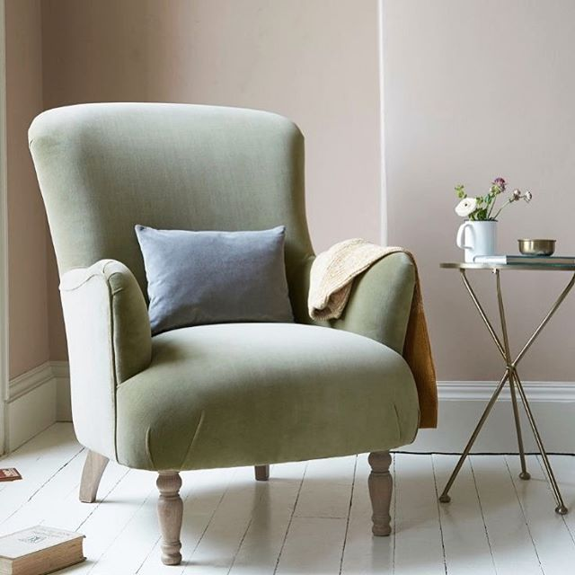 great day for a cozy book 📖 . . . . #cozychair #readingnook #cozycorner #transitionaldesign #trimspaces #interiordecor #interiorstyling #interiorstyle #interiorinspo #simplystyleyourspace #howyouhome #styleithappy #inmydomaine