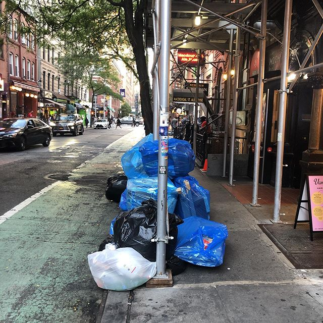 There's definitely something wrong with this picture. #nyctrash