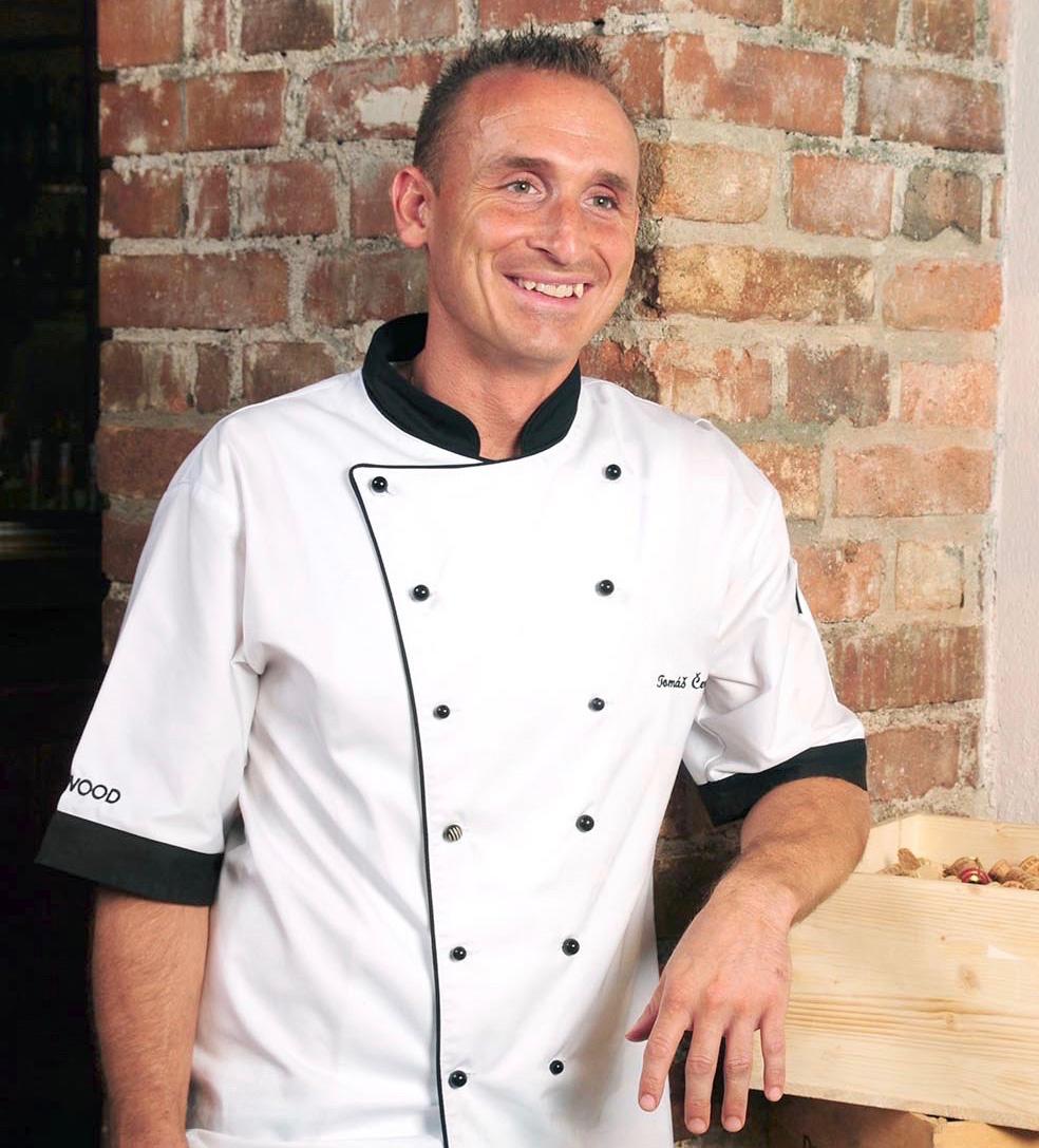 Tomáš Černý - Kariéru kuchaře začal v restauraci hotelu Ambassador a poté strávil tři roky v michelinské restauraci Allegro hotelu Four Seasons. Zkušenosti sbíral také v zahraničí, například v restauraci Il Piastrino v italském Pennabili. Poslední profesní zastávkou se stala restaurace La Finestra, kde působil jako šéfkuchař. Dnes působí také jako lektor Pražského kulinářského institutu a Laboratorio.