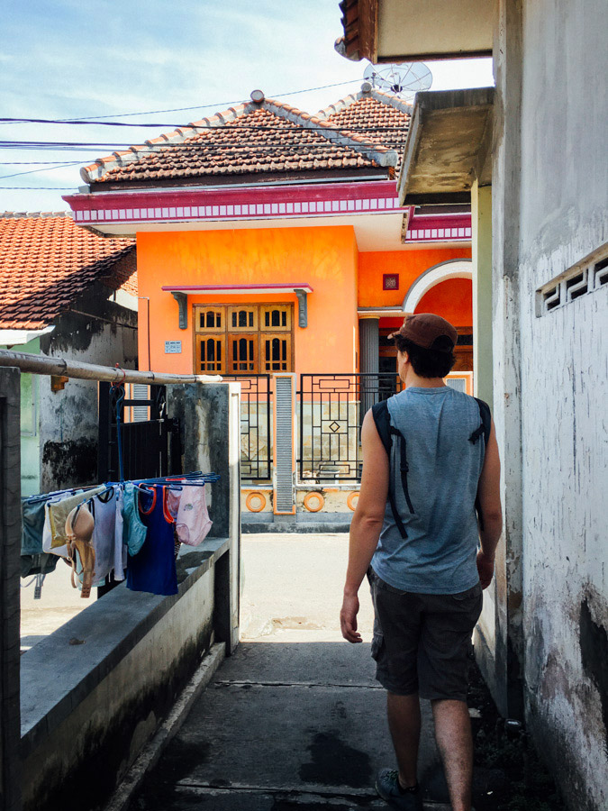 Delighted to find many colorful buildings around Banyuwangi. We roamed the streets following the sounds of midday prayer (Zuhr prayer) echoing the streets that led us to look for a mosque.