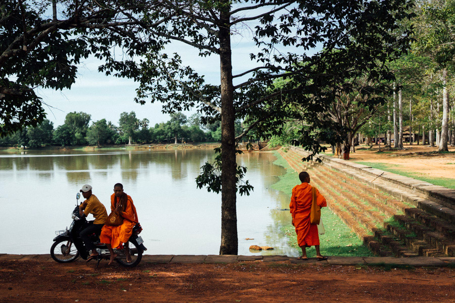 Monks at Sras Srang.