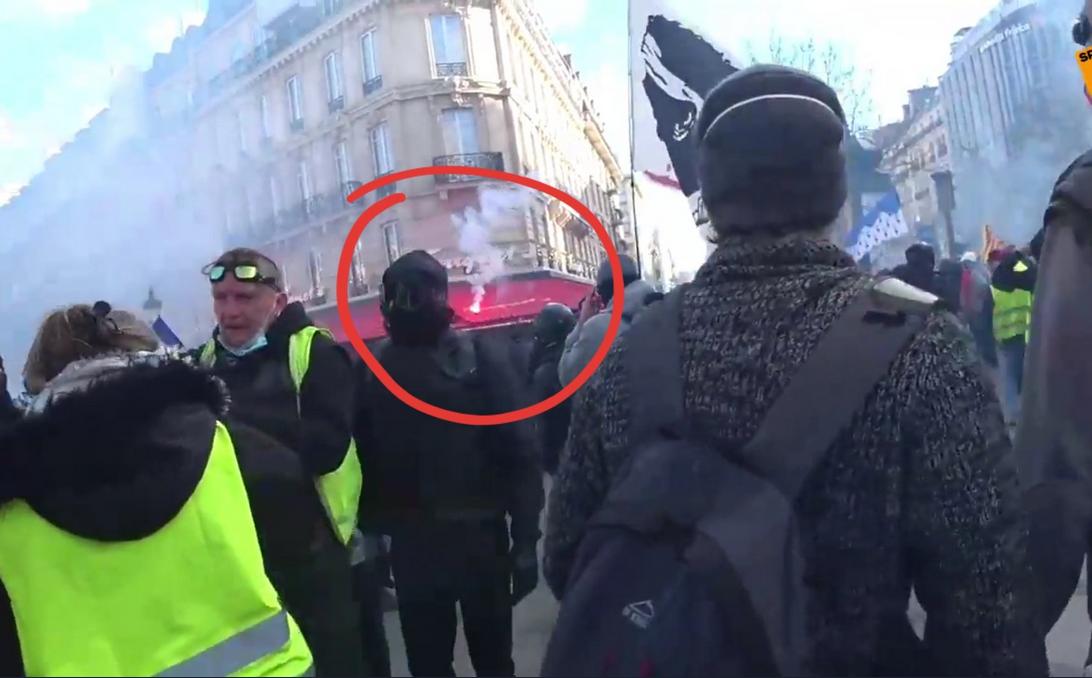 Lokal naj bi zažgali protesniki, ti pravijo, da je šlo za policijski izstrelek.