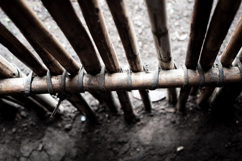 La utilización de instrumentos de trabajo para desarrollar las diversas tareas, como la siembra y la cosecha, son confeccionadas por ellos mismos con elementos del entorno como el machete.