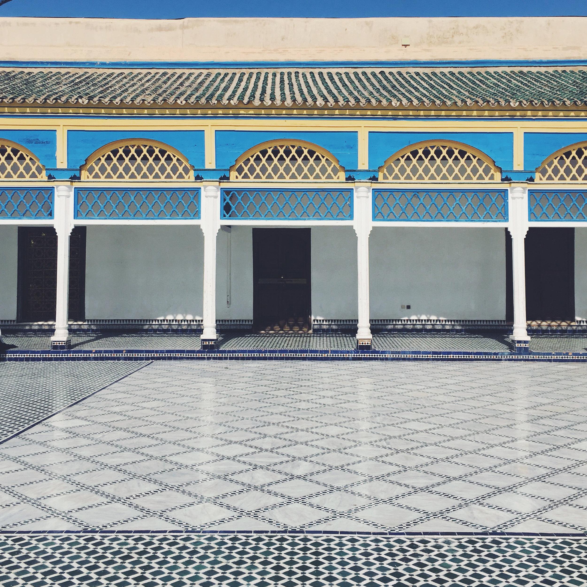 Palais de la Bahia  - Avenue Imam El Ghazali  Beau palais représentatif de l'artisanat marocain, couvert de mosaïques colorées. Un lieu étonnamment rafraîchissant : malgré les touristes nombreux, le calme y règne. Une belle visite à ne pas manquer.
