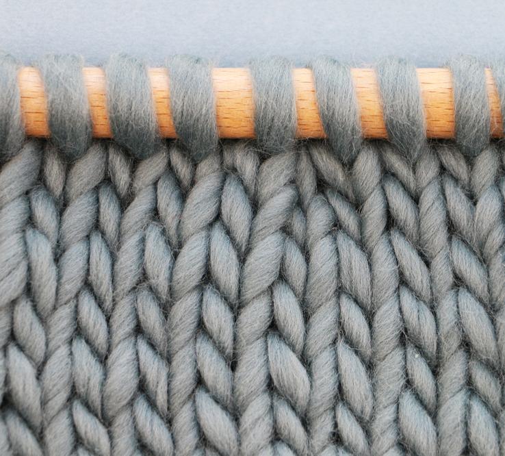 Tricoter 2 mailles ensemble à l'endroit  -  les mailles sont inclinées vers la droite. On emploie généralement cette technique sur l'endroit du tricot.