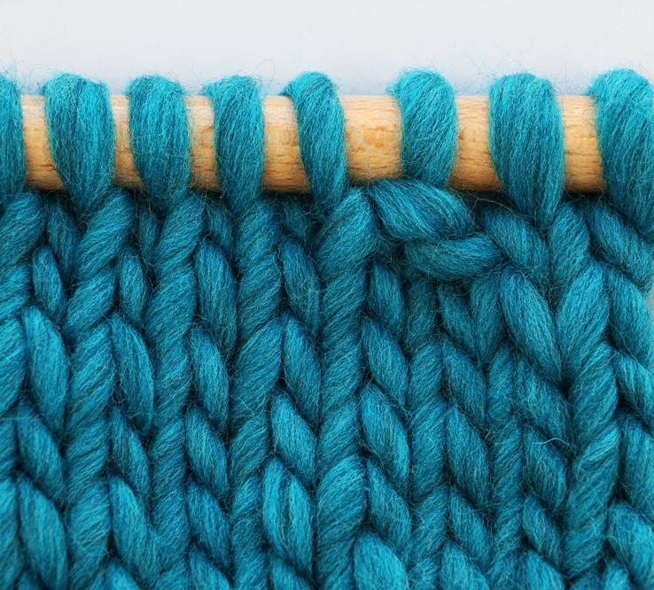 Tricoter 2 mailles ensemble à l'envers -   on emploie généralement cette technique sur l'envers d'un tricot, ou sur l'endroit pour obtenir un effet de relief.