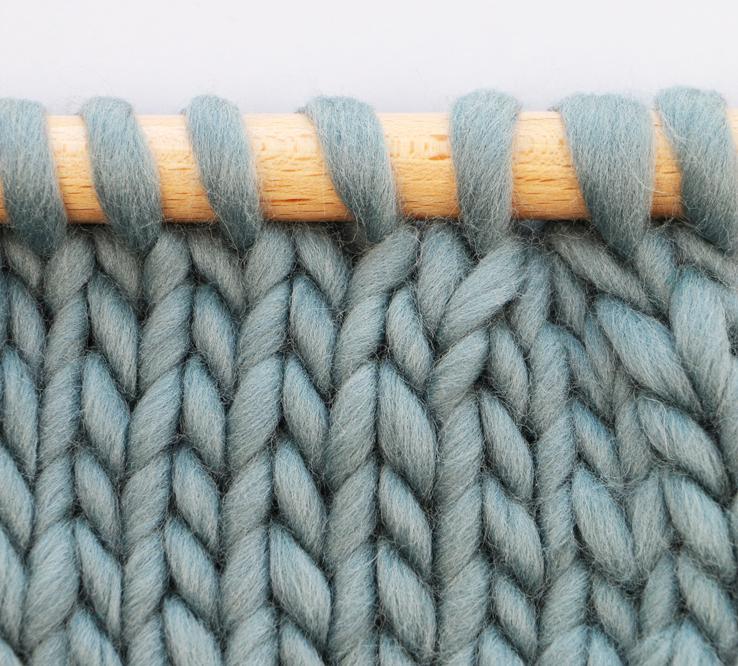 Tricoter 3 mailles ensemble à l'endroit -    (tutoriel à venir) permet de diminuer simultanément de 2 mailles. La 3ème maille, située à gauche sur la diminution, est inclinée vers la droite et se trouve au-dessus des 2ème et 1ère mailles.