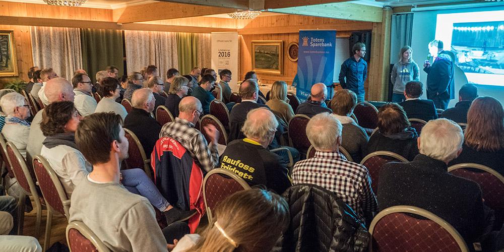Bilde fra vårt årlige sponsortreff. Her snakker Maren Lundby og Petter Kristiansen med banksjef Odd Fjellby.