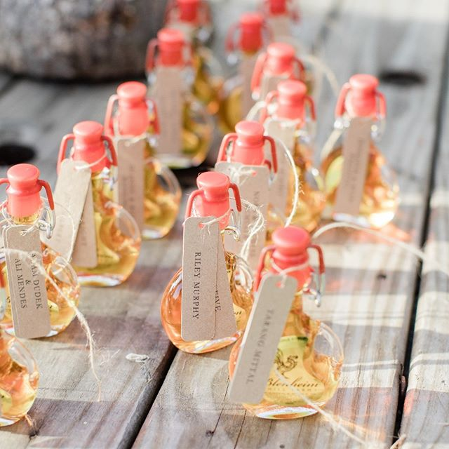 How cute are these locally-sourced small batch maple syrup favors? Thanks @kelseycombephoto