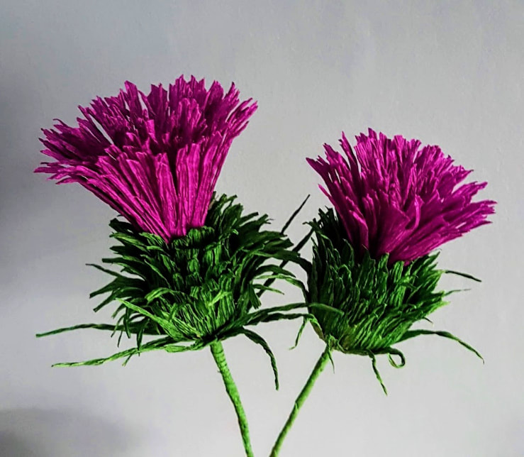 This paper thistle looks more thistly than the real thing, to me. Ideal for bouquets and buttonholes, table decorations, themed evenings and much more…