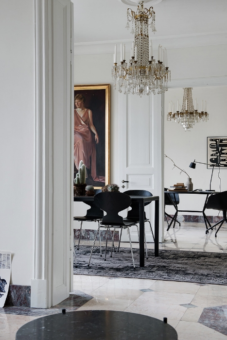 Because I'm an interior addict I spend a lot of time looking at pictures of pretty apartments. And I'll be honest with you, a lot of them look very much the same. Whether it's the symptom of stylists using the same items for each apartment or if we're all simply liking the same things...hard to tell. But occasionally there's something that jumps out at me.