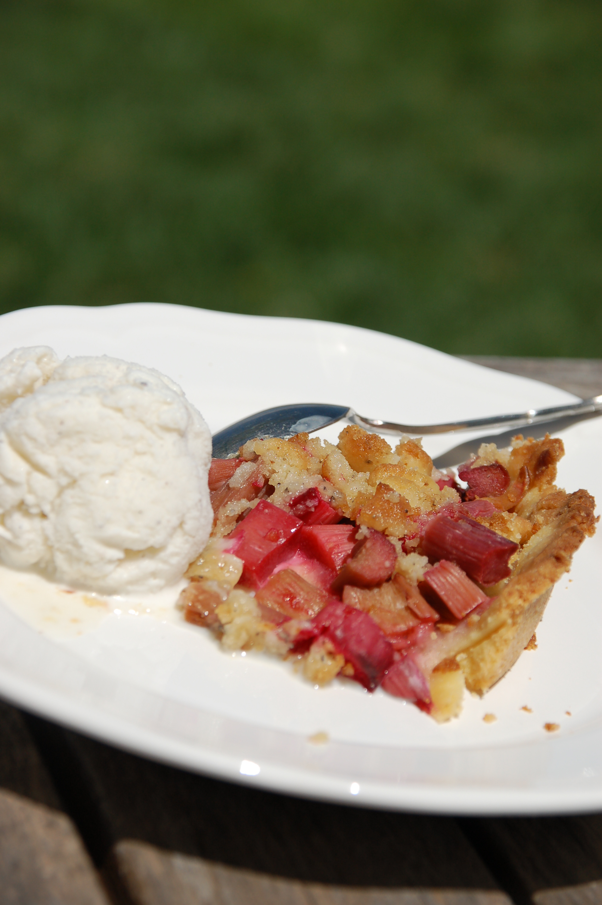 Rhubarb pie with cardamom topping.