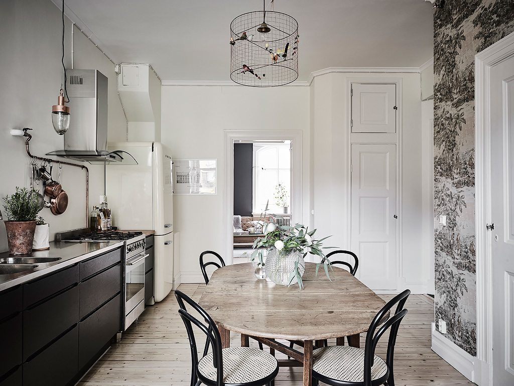 This wonderful old wood table makes all the difference here!