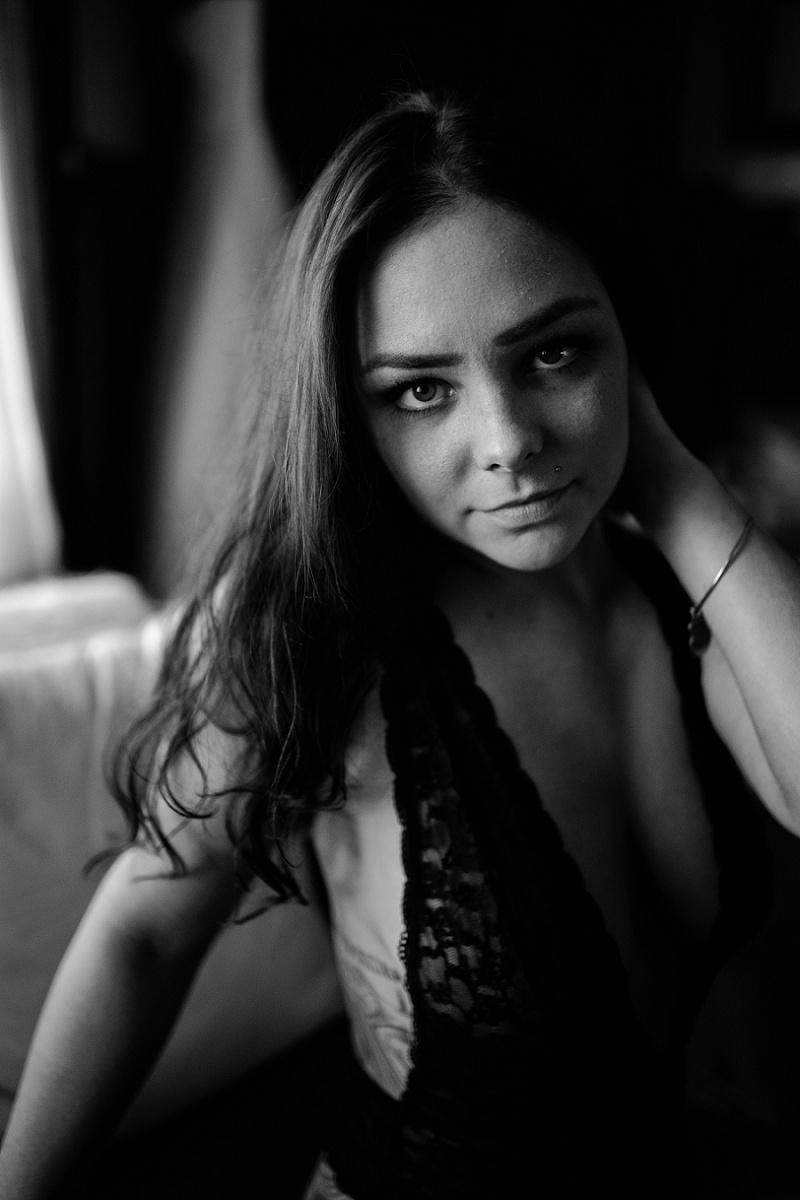 west-michigan-womens-portraiture-ludington-michigan-indoor-boudoir-session-with-nanette-jessica-max-9830.jpg