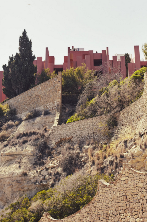 La Muralla Roja in Alicante Spain - Ricardo Bofill - photo by Nacho Alegre.png