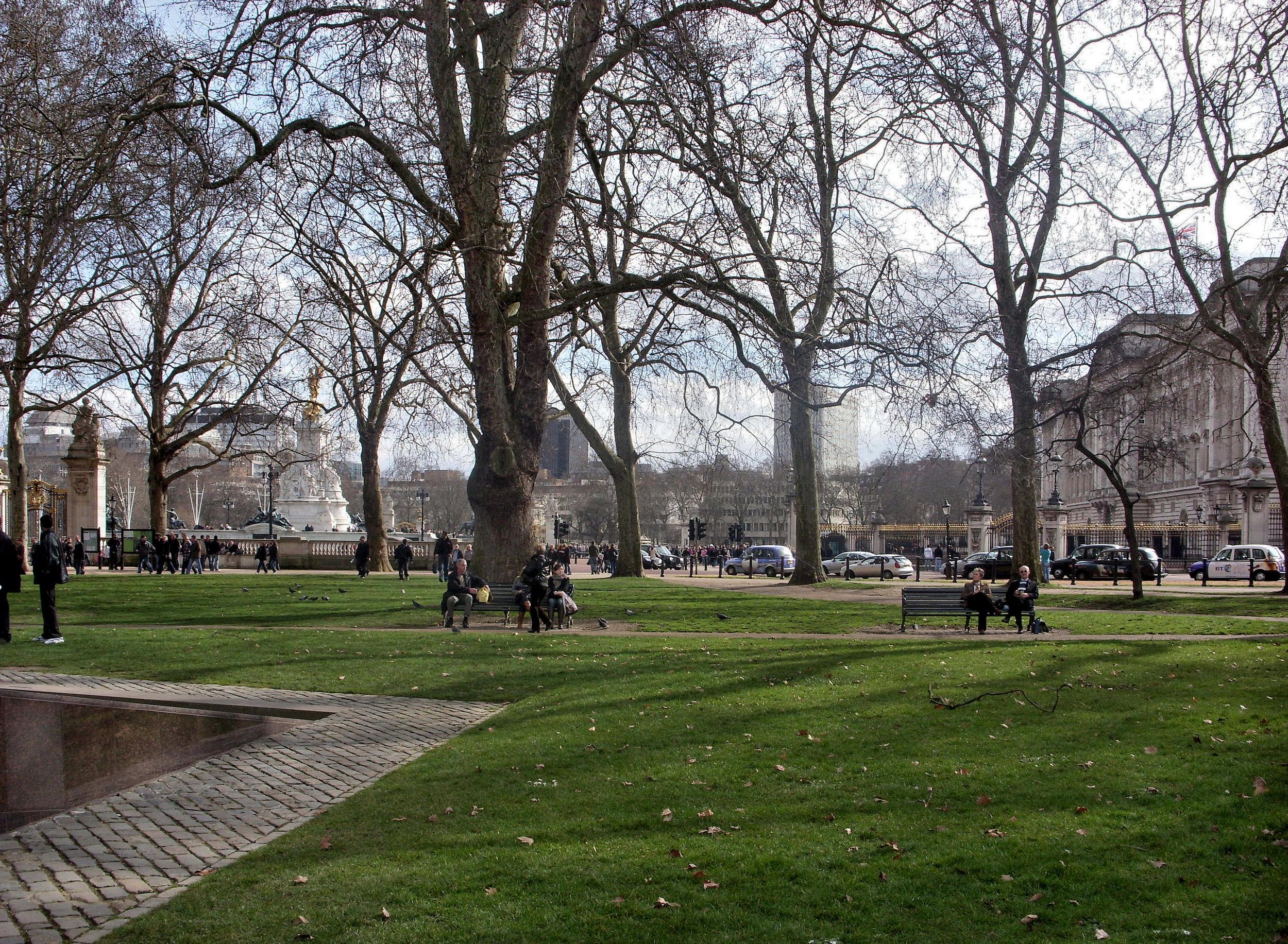 Buckingham_Palace_from_Green_Park.jpg