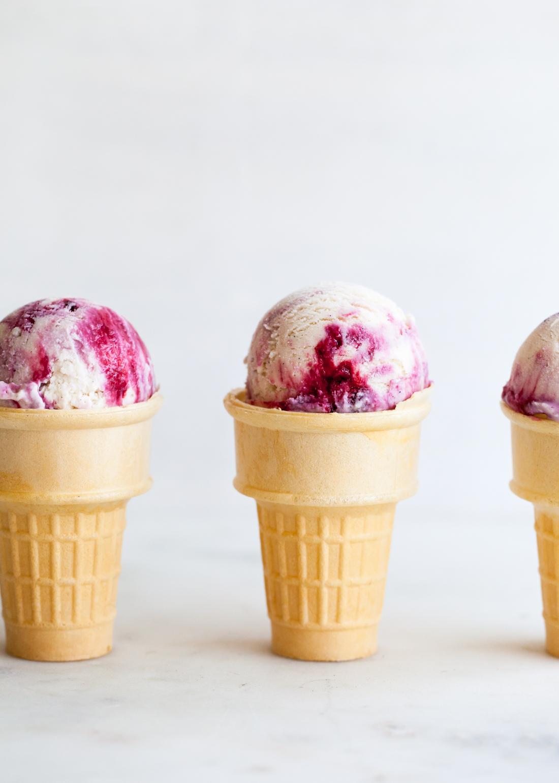 Blackberry ice cream recipe with cinnamon and mascarpone