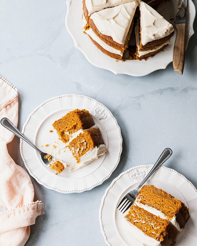 Who made/making this Pumpkin Cake with Maple Cream Cheese this weekend? 🙋🏻♀️ This one whips up super fast (and disappears even faster). Let me know if you give it a try! Recipe link in profile * * * * * *  #stylesweetca #stylesweetdaily #cakeoftheday #cakedecorating  #bhgfood #abmlifeissweet #f52grams #feedfeed #foodblogfeed @foodblogfeed #thebakefeed #imsomartha #lifeandthyme #thekitchn  #foodwinewomen #thesugarfiles #bakefromscratch #bakersofinstagram #dessertgoals #bombesquad #fbcigers #studiodiysugarfix #tohfoodie #wsbakeclub  #kingarthurflour #madewithkitchenaid #cakegoals #pumpkincake #f52fallkickoff