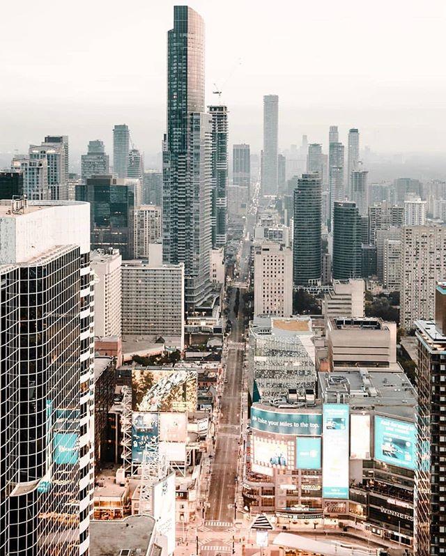 Yonge & Dundas   Times Square #TorontoForever #BuildAFuture • 📸: @bnewfield