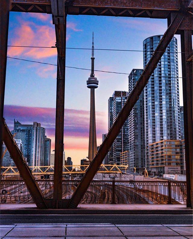 Sunday Sunset #TorontoForever #BuildAFuture • 📸: @michaeltsirakis —  Follow Him!