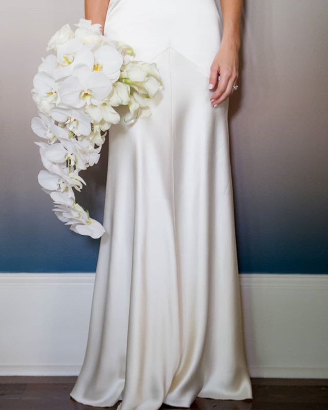 Are you obsessed with the pure luxury and simplicity of silk satin? A perfect balance of Old Hollywood glamour, minimalism, and sensuality, this cut and fabric are everything. We have a few gowns like this in our sample sale this week, but one in particular is BRAND NEW and in perfect condition. Size 2/4, Ivory, and priced to sell! Who will be the lucky bride to take her home?? RSVP for the sale in the link in our bio! (RSVP's are not 100% necessary so feel free to show up last minute if you aren't such a great planner!)