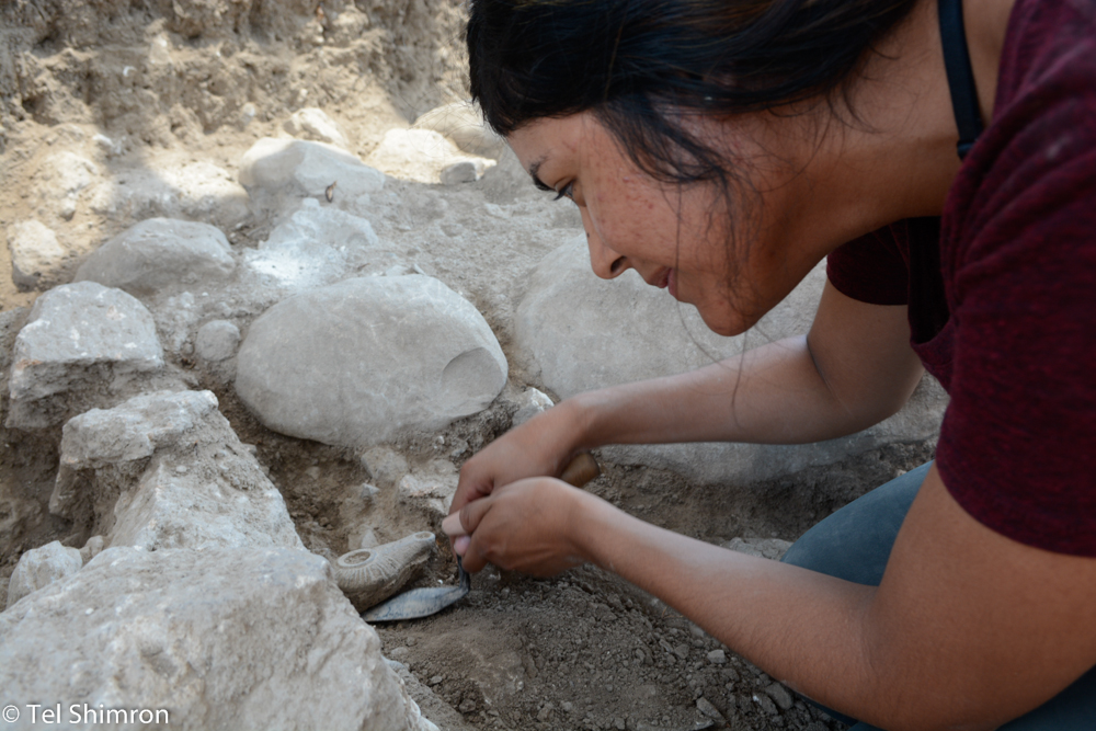 Excavating a Hellenistic Oil lamp in Grid 92