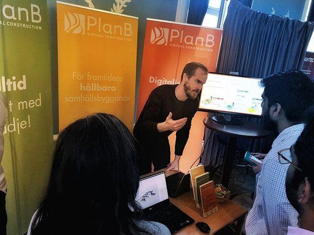Här står vi, på Rekryteringsdagen i Uppsala, för att nätverka och möta människor med erfarenhet, talang, förmågor och perspektiv.  Rekryteringsdagen hålls för tredje året i rad och ger nyanlända chansen att komma in på den svenska arbetsmarknaden. I regi av @ewb_sweden @ewb_uppsala .  #ingenjörerutangränser #engineer2engineer  #planbab  #alltidframåtmedglädje