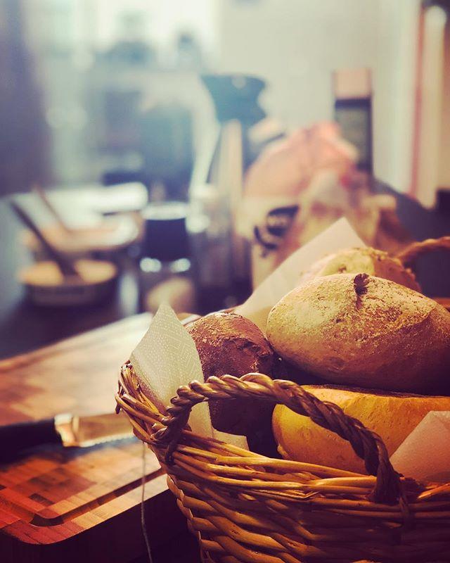 Den gemensamma gofrullen! En uppskattad och viktig tradition. Äter ni frukost tillsammans på din arbetsplats? #alltidframåtmedglädje #framåttillsammans #kollegor