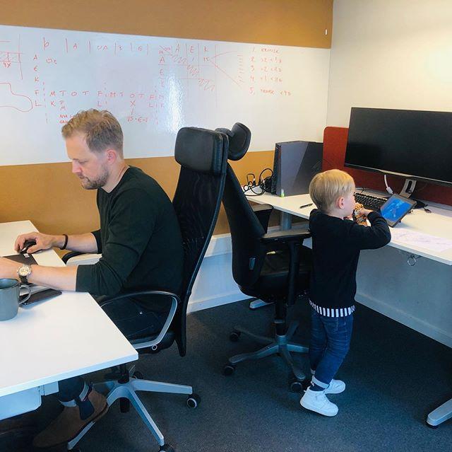 Stor regionchef och liten kontorschef jobbar flitigt denna klämdag 🤓 #likasombär #framtidakollega #jobbapåPlanB