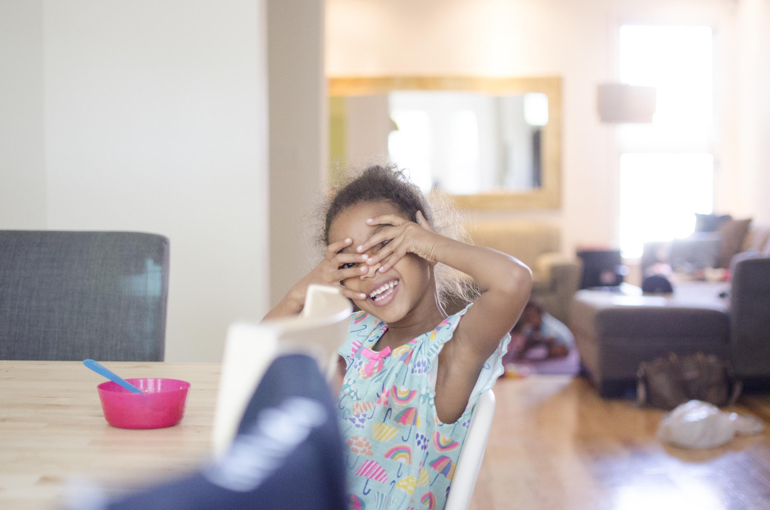 Lifestyle girl smiling family photoraphy