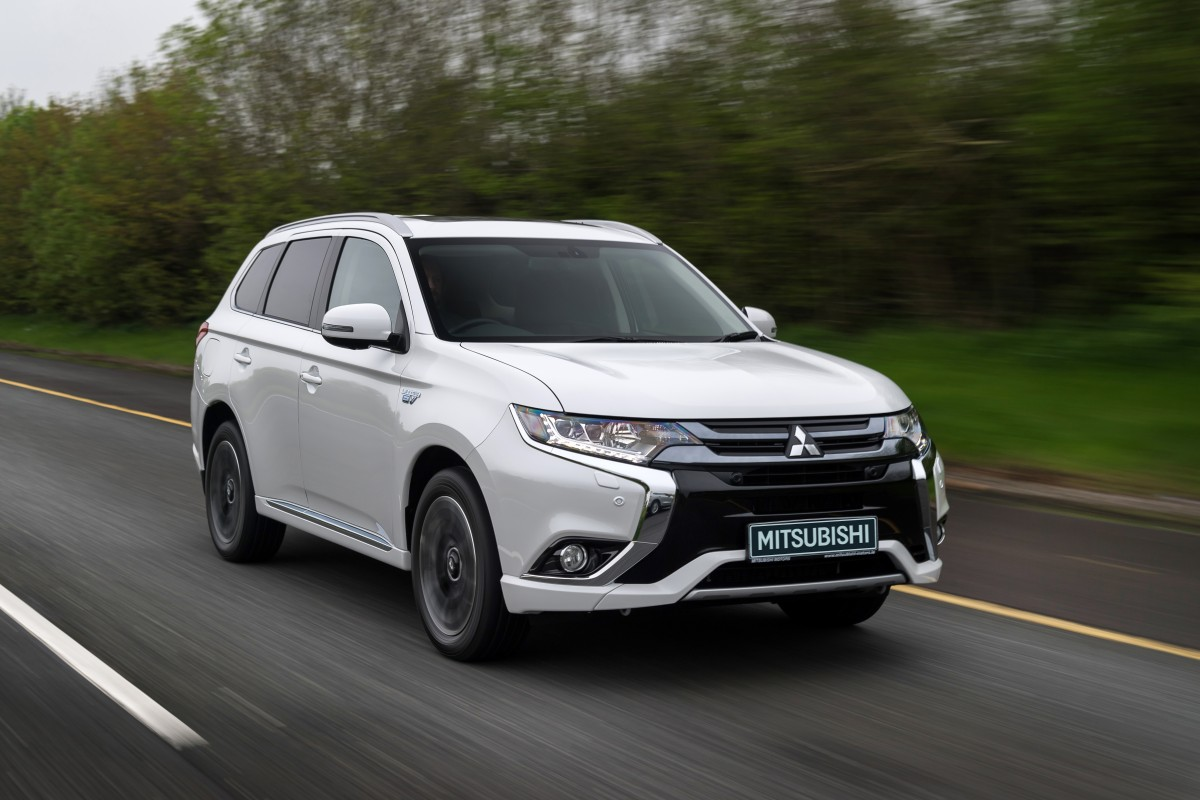 Model-mitsubishi-outlander-phev-white-2016-005-e1479300889503.jpg