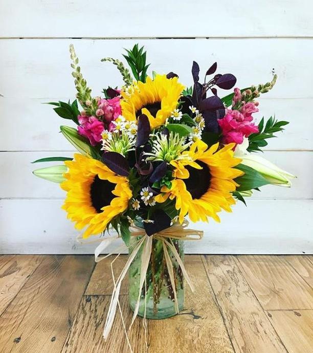Summer flowers are often some of the prettiest! 🌻 Flower Power Studio's arrangements and designs will take your breath away. 💐 . . . #agoura #malibu #flower #flowerstagram #flowersofinstagram #garden #floral #plants #flowermagic