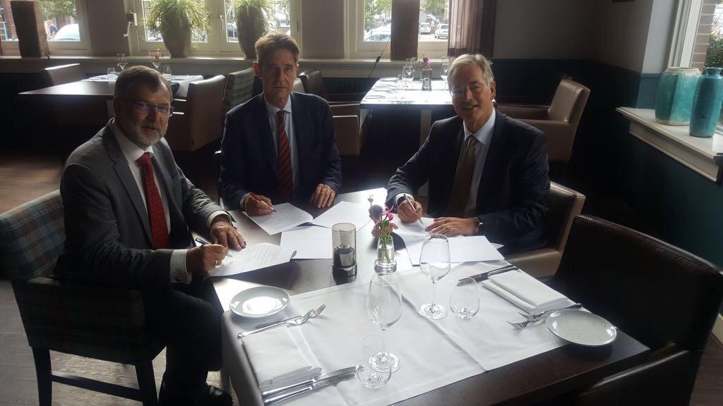 Foto v.l.n.r.: S. Kadijk, directeur Donatus; R.J. Quarles van Ufford, directeur NMo; A. van der Voorn, directievoorzitter Donatus.