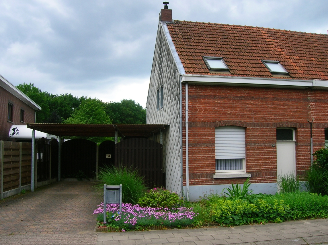 Deze oude kleine woning verbouwen naar een zorgwoning was niet mogelijk.  Project MC