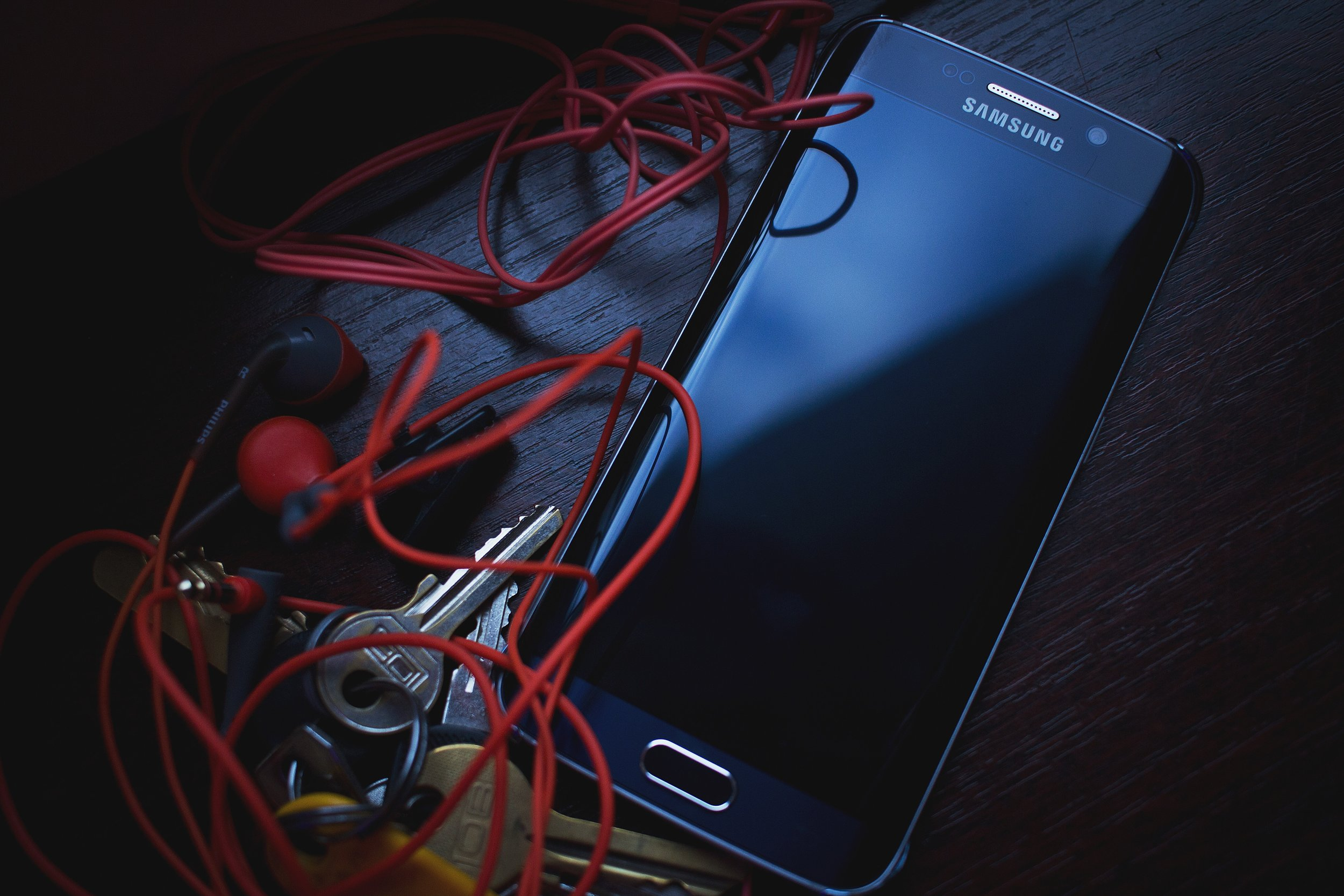 cellphone-dark-earbuds-159239.jpg