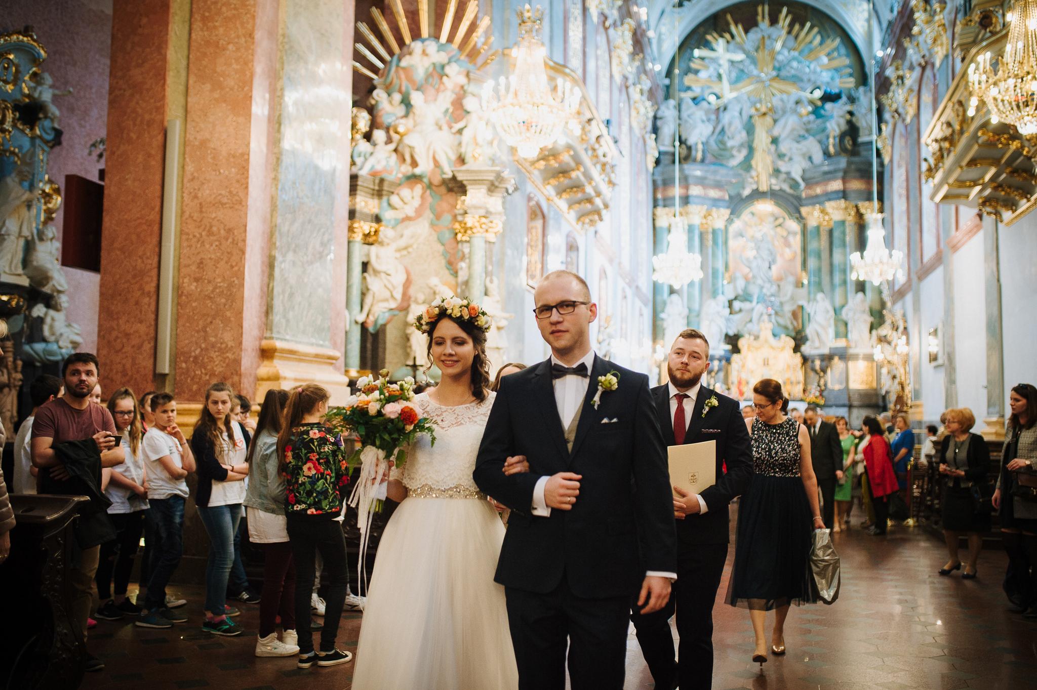 Ceremonia zaślubin - Ślub jest jednym z najważniejszych wydarzeń w naszym życiu. Udokumentowanie tych szczególnych chwil zawsze jest bardzo ekscytujące nie tylko dla pary młodej. Zdjęcia potrafią pokazać te emocje, które Wam towarzyszą. W tym wpisie pragnę Wam przedstawić ślub z perspektywy mojego aparatu w pięknych okolicznościach na Jasnej Górze.