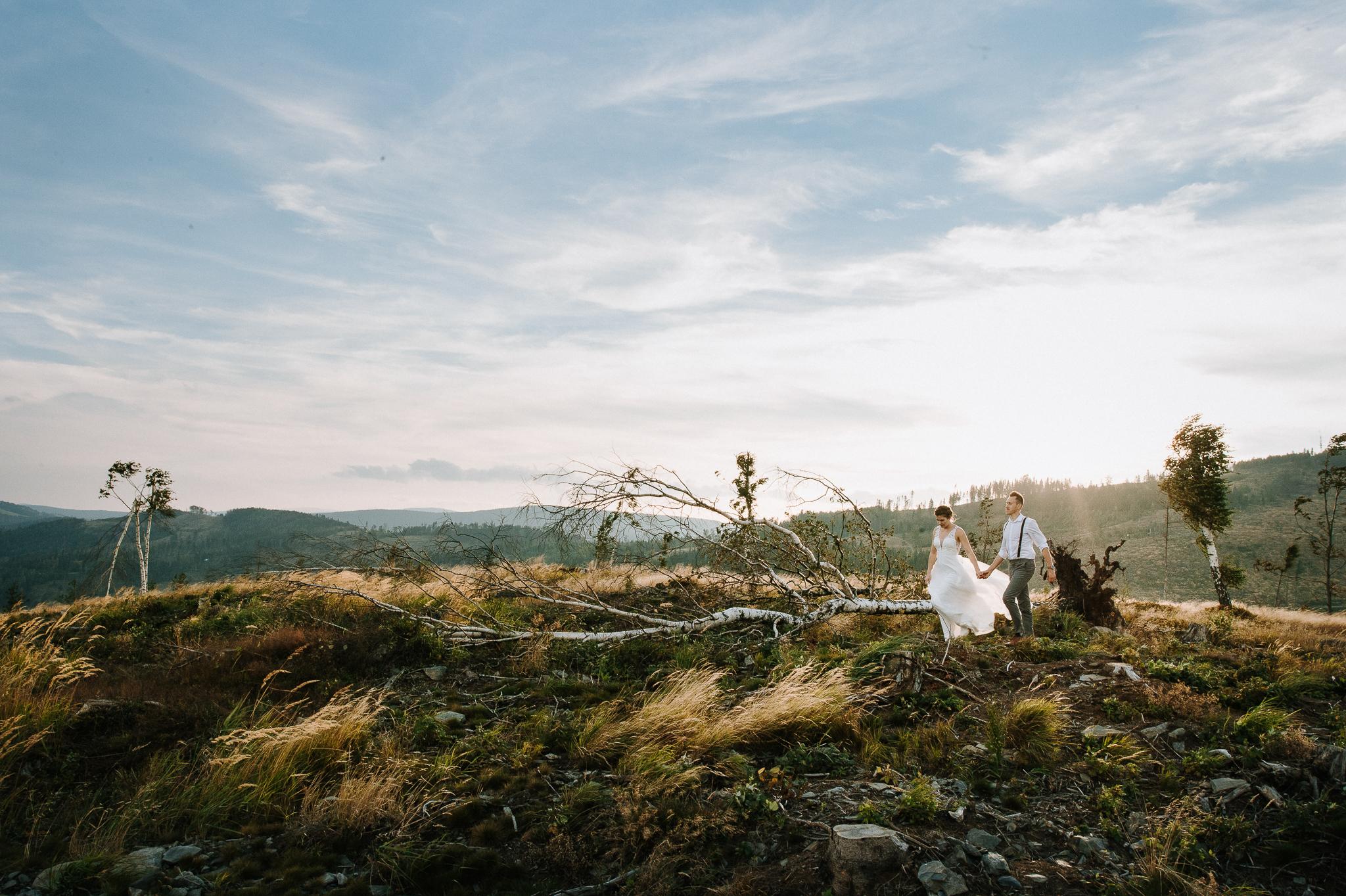 Sesja poślubna na Koronie Gór Polskich - Wiatr we włosach… dwoje zakochanych w sobie ludzi i niezapomniane warunki pogodowe w objęciach opolskich krajobrazów.
