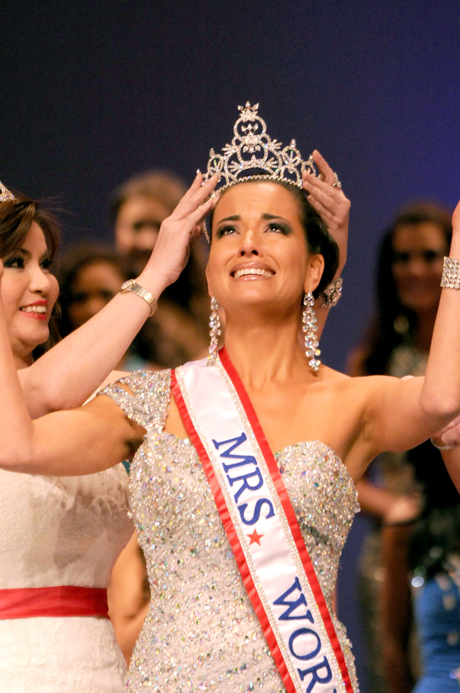 Lurfriu during her crowning moment as Mrs. World.