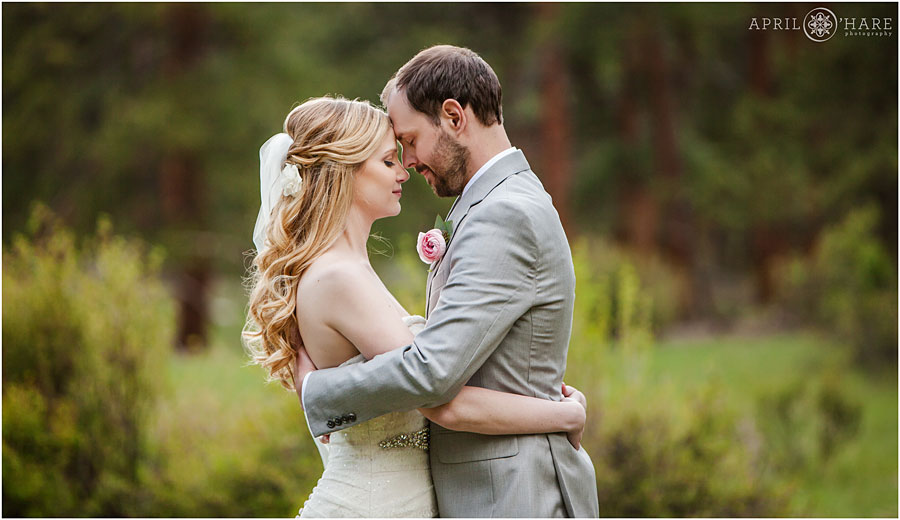 Sweet-Wedding-Photography-in-the-forest-of-Estes-Park-in-Colorado-Mountains-at-Della-Terra.jpg
