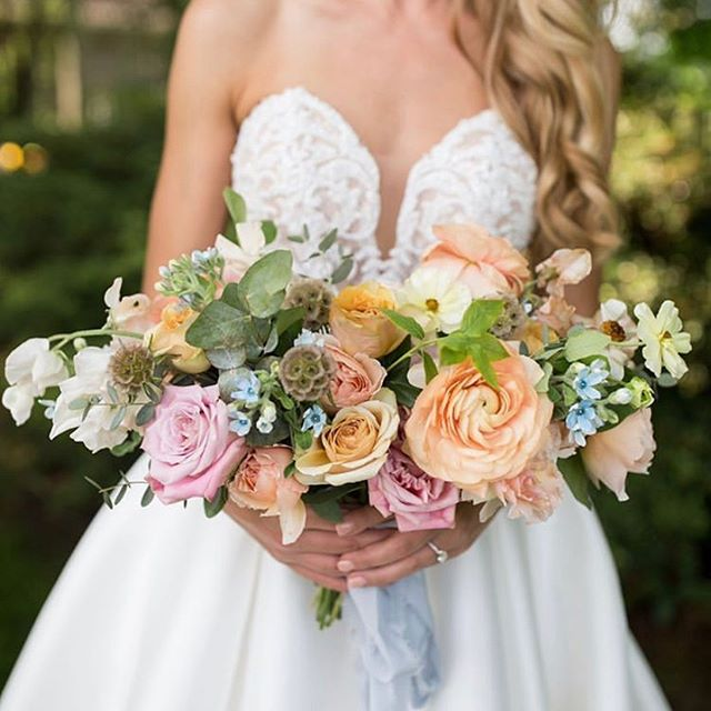 The colors and flowers in this bouquet were to die for. 📸 @kristinhurleyphotography