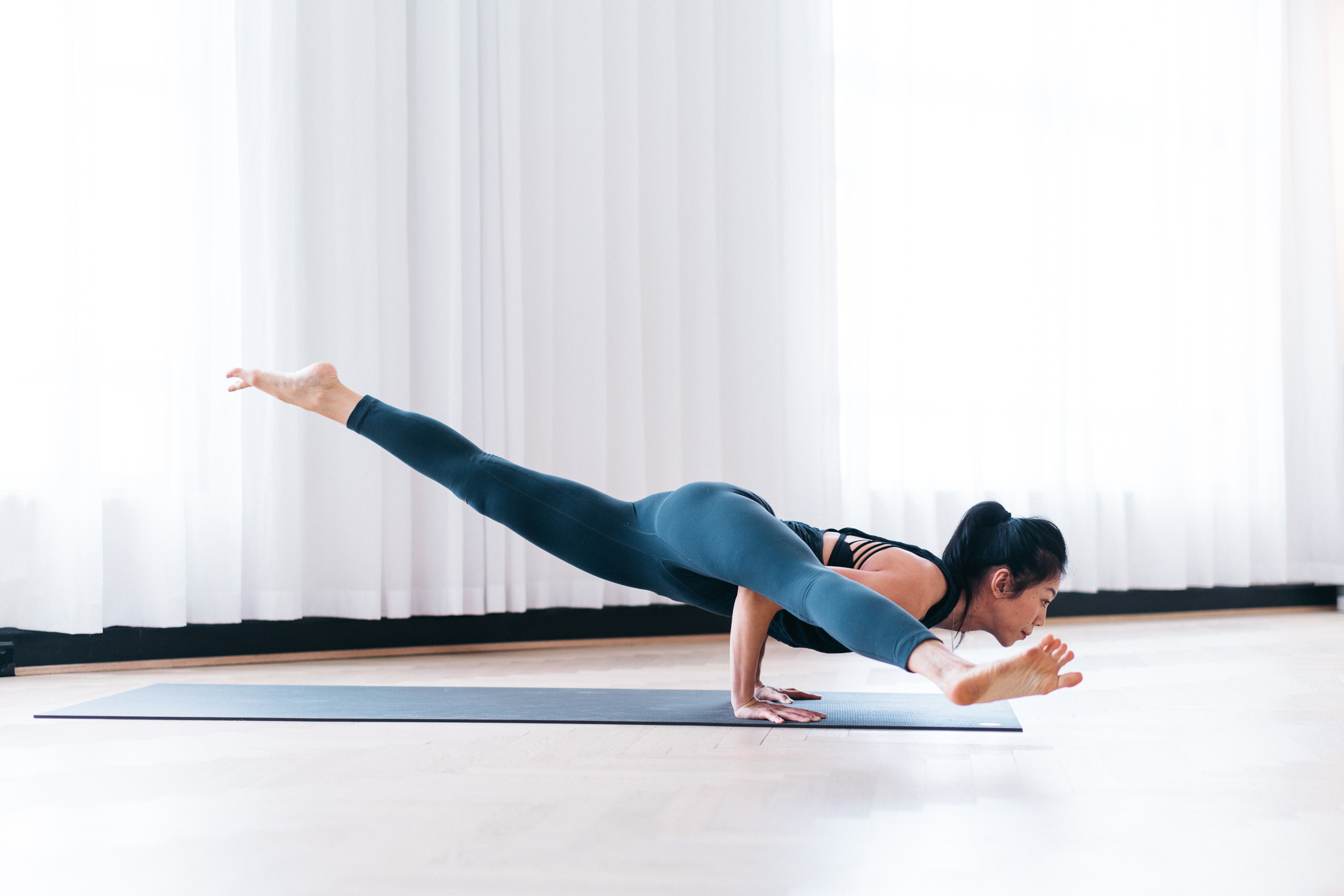 Figure 4(b) : Eka pada koundinyasa II without support. Make sure to not lift the back leg too high and dip the shoulders down.