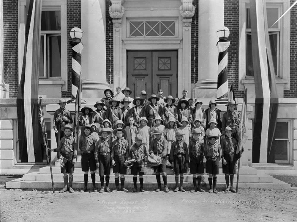 Boy Scouts and Girl Guides in front of Court House (Library and Archives Canada)
